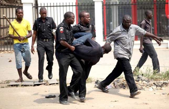 man-arrested-by-nigerian-police-for-looting-during-strike-1024x6611277962361.jpg